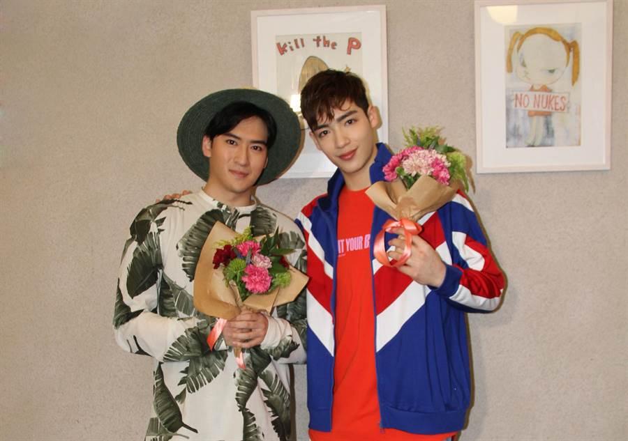 沈建宏(左)與師弟黃士杰一起做母親節花束送媽媽。(達騰娛樂)