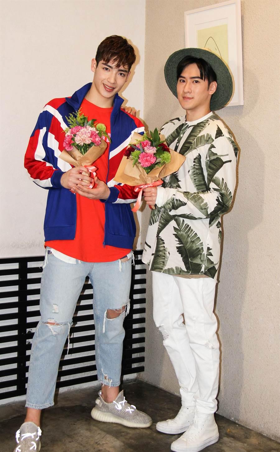 沈建宏(右)與師弟黃士杰一起做母親節花束送媽媽。(達騰娛樂)