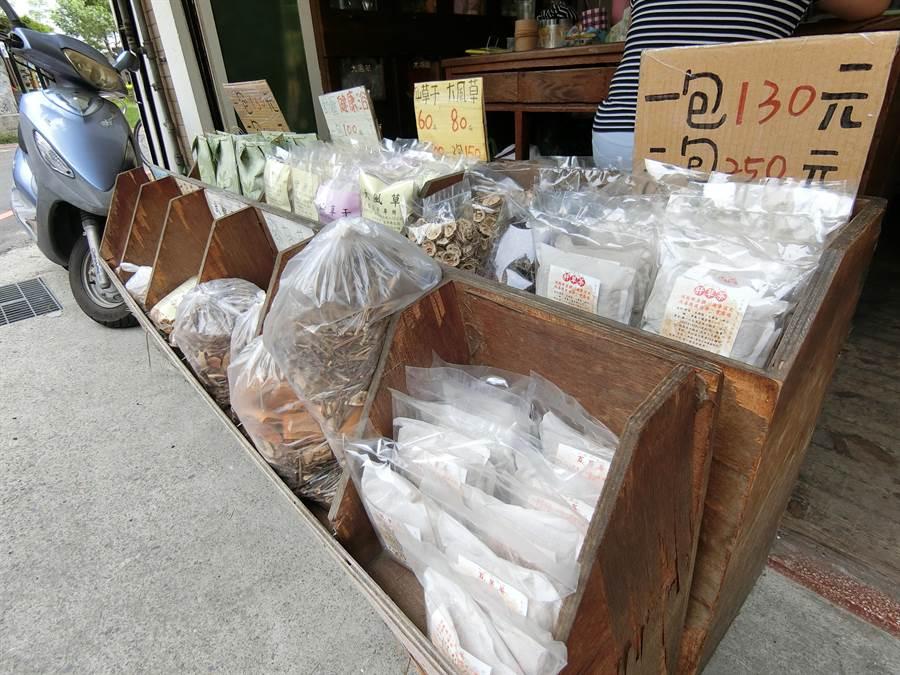 為方便消費者在家可自行熬煮,草上飛青草飲品專賣店開發各種青草茶的茶包。(盧金足攝)