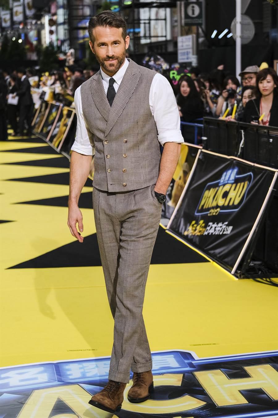 萊恩雷諾斯猛穿BRUNELLO CUCINELLI,穿格紋背心與襯衫一派輕鬆,出席東京首映會。(BRUNELLO CUCINELLI提供)