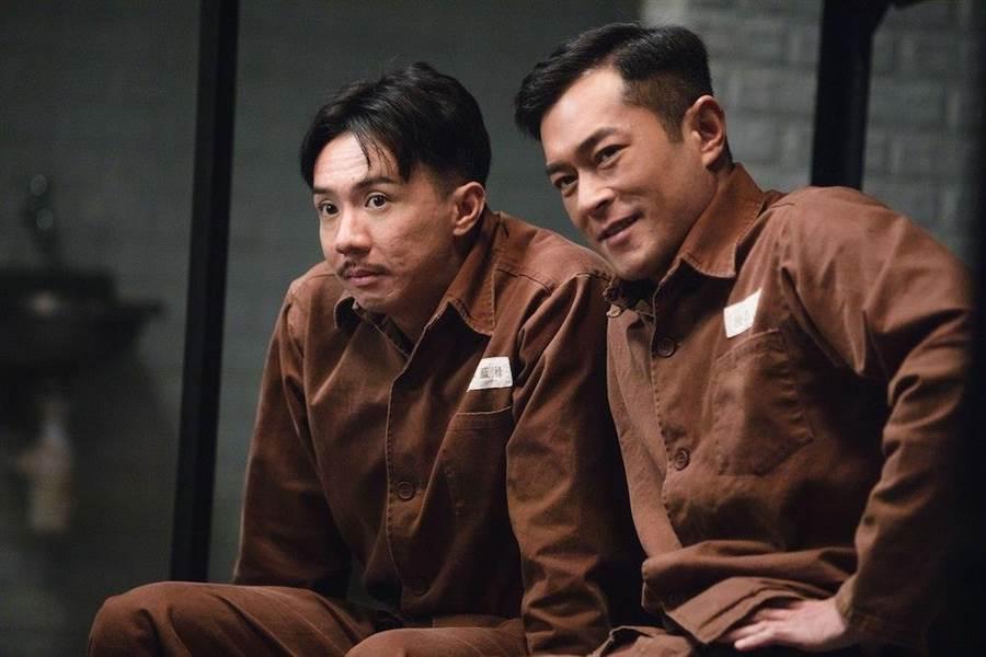 張繼聰(左)和古天樂在獄中患難見真情。(華映提供)
