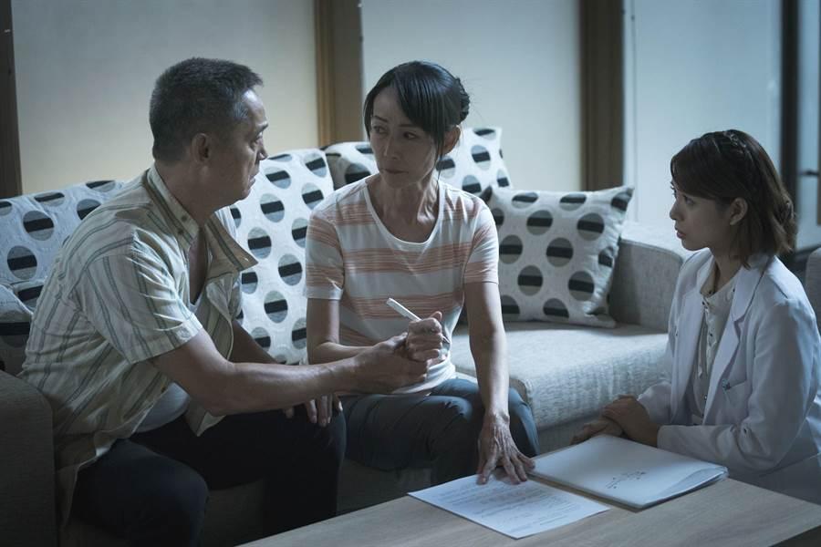 公視《生死接線員》飾演家屬的鄭平君、應采靈淚對器捐協調師劉倩妏。(公視)