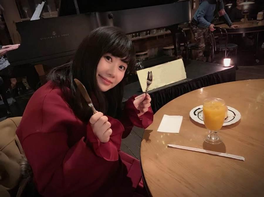 江宏傑幫福原愛拍和美食的合照,完全看不到主角鬆餅。(圖/翻攝自臉書)