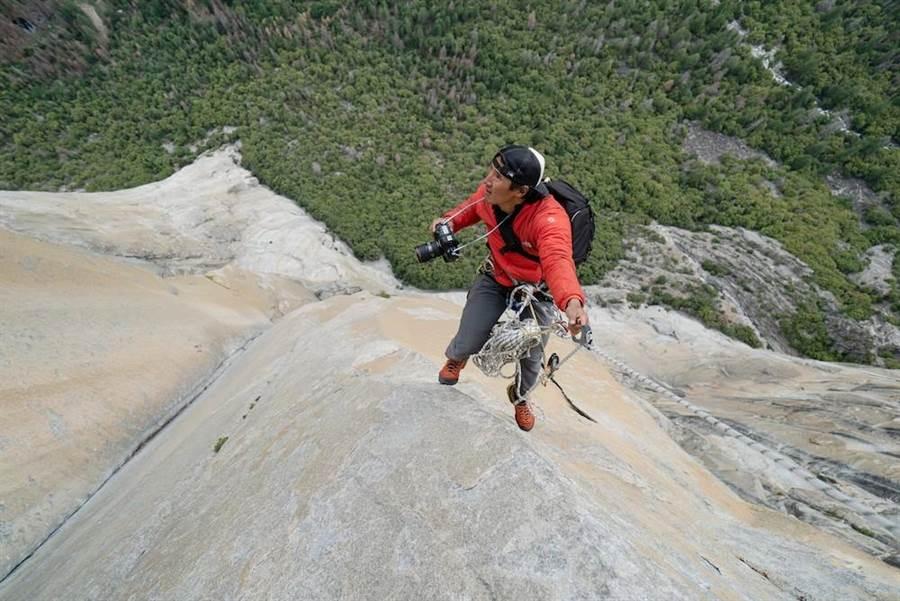 金國威在半空中拍攝。在山壁間來回擺盪,稍有不慎就會墜谷身亡。(海鵬提供)