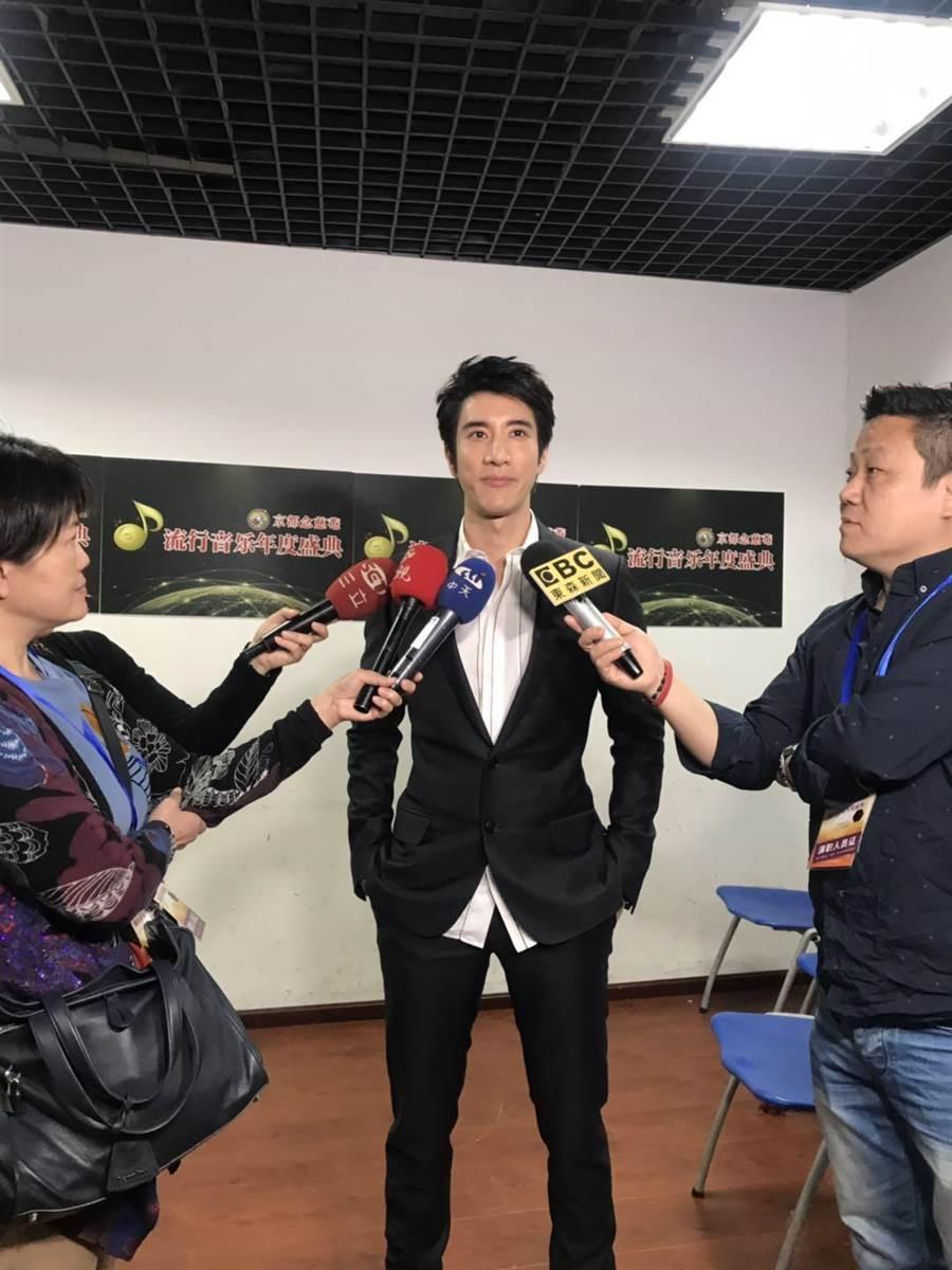 王力宏參加「流行音樂年度盛典」,接受駐北京的台灣媒體訪問。(記者呂佳蓉/攝)