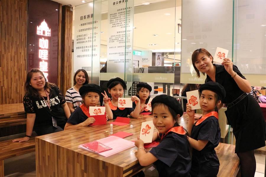 小朋友趁母親節體驗親子活動,製作鳳凰花卡片給自己的媽媽。(林百貨提供)