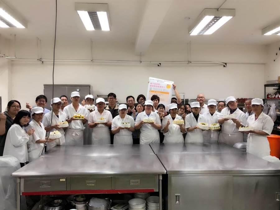 衛生福利部八里療養院6日上午,舉辦「親手做蛋糕~獻給最想感謝的人」活動,烘焙職訓班的學員們親手製作蛋糕,展現成果獻給最想感謝的人。(吳亮賢翻攝)