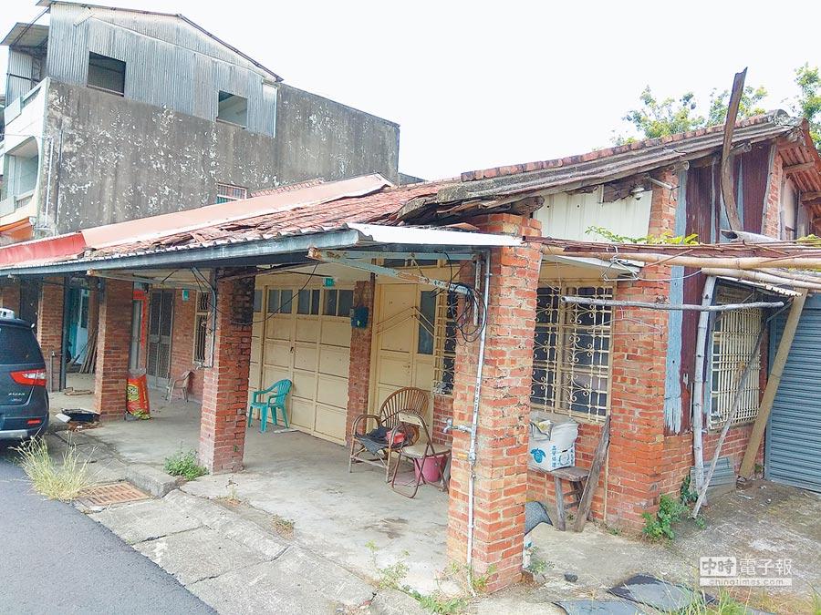台南市左鎮區人口外流、老化嚴重,街上可看到頹圮無人居住的老屋。(劉秀芬攝)