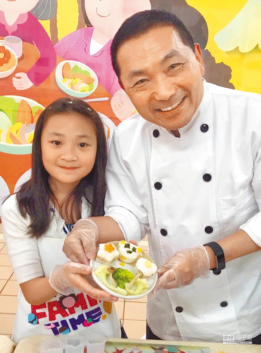 新北市長侯友宜(右)5日和小朋友一起製作飯糰推動「家庭好食光」,藉此提醒市民健康飲食並培養家人感情。(陳俊雄攝)