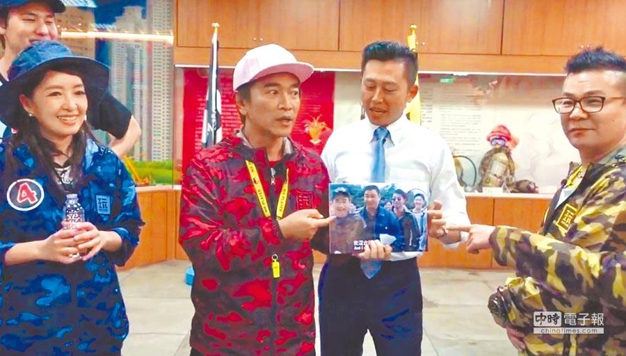 綜藝天王吳宗憲4日到新竹市出外景,林智堅特別帶著當年的同框照片探班。(陳育賢翻攝)