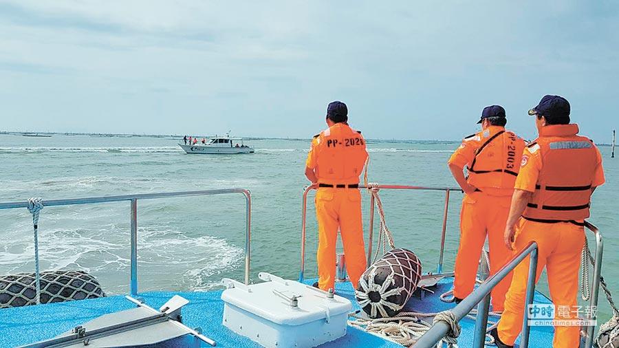 有遊艇在布袋第三漁港出海口擱淺,布袋海巡拋繩筒帶纜成功救援。(布袋海巡提供)