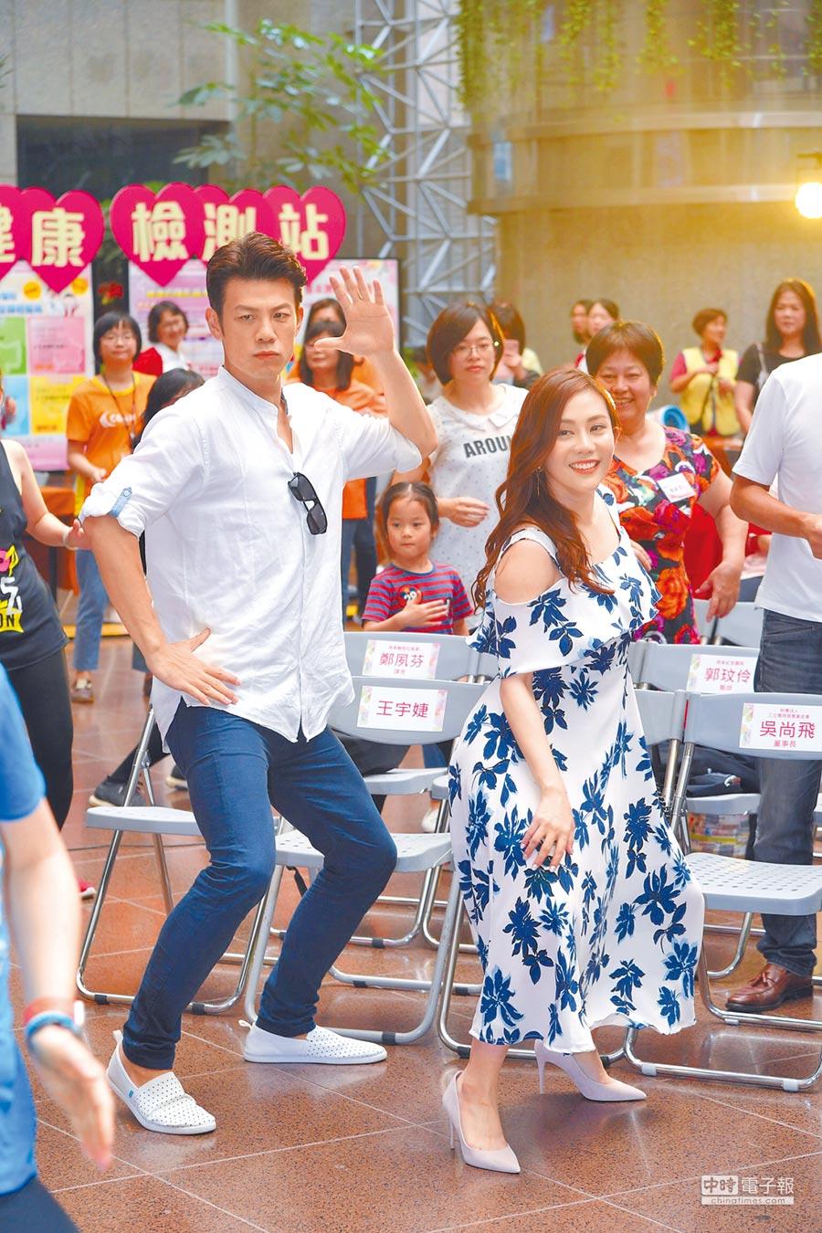 陳志強(左)與王宇婕昨與單親媽媽們同歡。