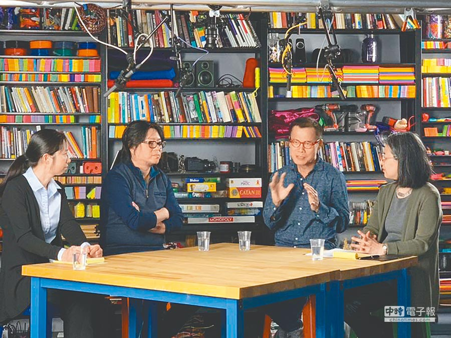 哈佛大學教授李潔(左起)、音樂人高曉松、羅大佑、哈佛大學教授田曉菲一起會談。