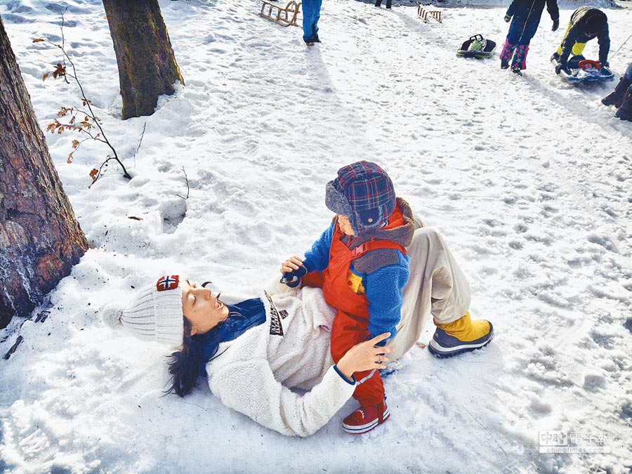 林辰唏開心和2歲兒在雪地上打滾。