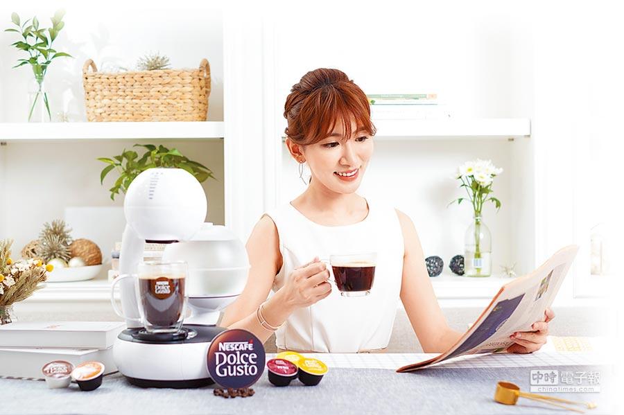 雀巢多趣酷思ESPERTA膠囊咖啡機,共有簡約白、星燦紅雙色上市,定價5999元。(雀巢提供)