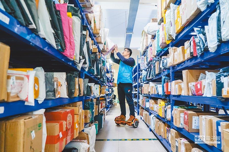 昆山一家電子廠菜鳥驛站負責人表示,數位化、智慧化讓網購包裹處理更快捷。(新華社資料照片)