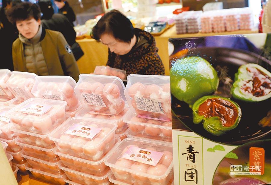 4月2日,顧客在上海選購網紅青糰。(新華社)
