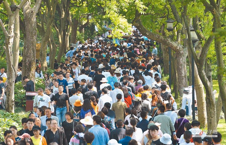 5月3日,西湖蘇堤遊客摩肩接踵。(中新社)