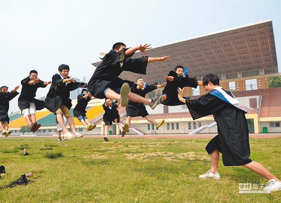 河南許昌學院體育學院拍攝畢業照,留存一份對青春的美好記憶。(中新社資料照片)