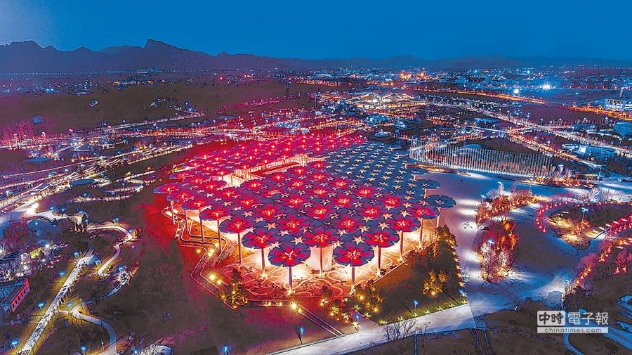 國際館在燈光映襯下如夢如幻。優美的「花傘」隨著燈光的變化,呈現出一片五彩斑斕的景象。