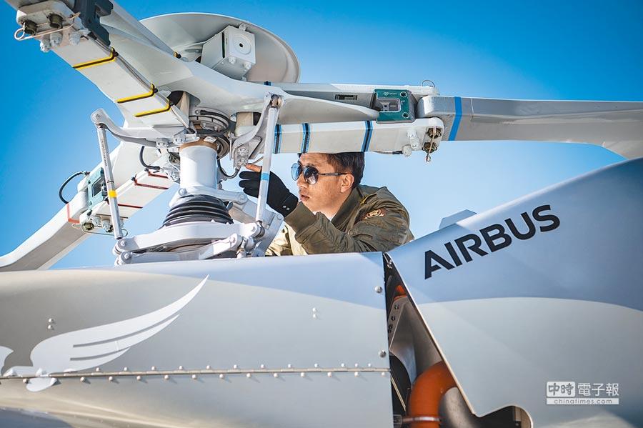 飛行員等專業化程度高的職業較引人關注。圖為2017年11月,藏族青年加措順利考取商用飛行駕照,成為西藏首位藏族直升機飛行員。(中新社)