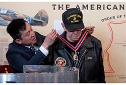 感念援助 我頒贈雲麾勳章給飛虎英雄