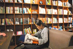 陸95後每周一本書 7成靠電子閱讀