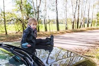 粗心媽把4歲兒忘在車頂上 開了13公里才想到