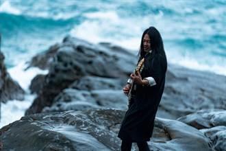 乱彈阿翔拍《出發》主題曲MV 挑戰極限穿釘鞋「被丟海裡」