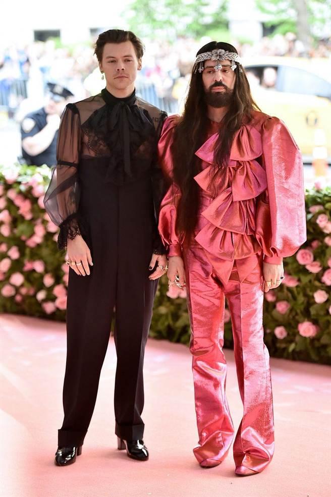 哈利史泰爾斯(左)與Gucci創意總監Alessandro Michele。(翻攝自網路)