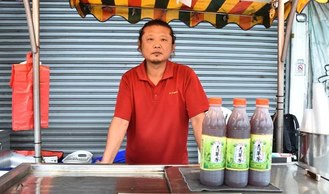 岡山阿公店青草茶傳承一甲子,第三代老闆鄭琨瀚幾乎全年無休看店。(林瑞益攝)