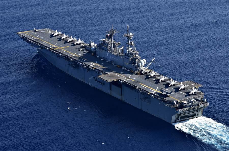 今年4月初美軍黃蜂號兩棲攻擊艦搭載大量F-35B與菲律賓聯合軍事演習中操練「閃電航母」戰術。(圖/美國海軍)