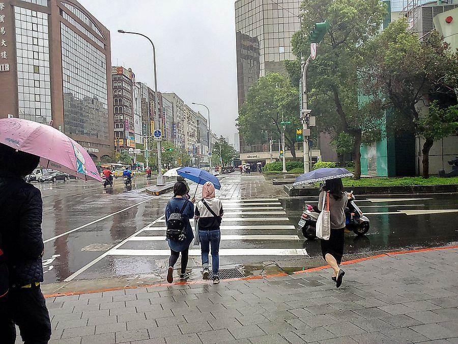 今(7日)西半部、東北部有陣雨或雷雨。(林宜靜 攝)