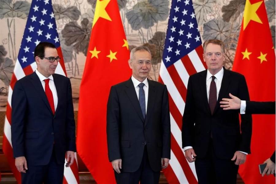 中國大陸國務院副總理劉鶴(中)與美國財長梅努欽,以及貿易代表萊特海澤5月1日在北京合照的畫面。(路透)