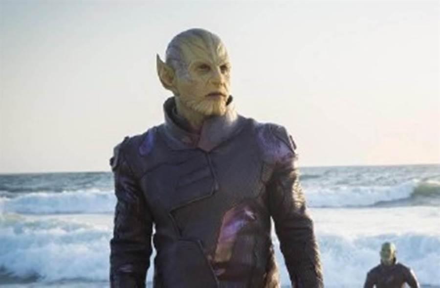 曾在驚奇隊長飾演塔洛斯將軍的班曼德森,在蜘蛛人學校飾演管理員,被推測是漫威在埋哏。(圖/微博)