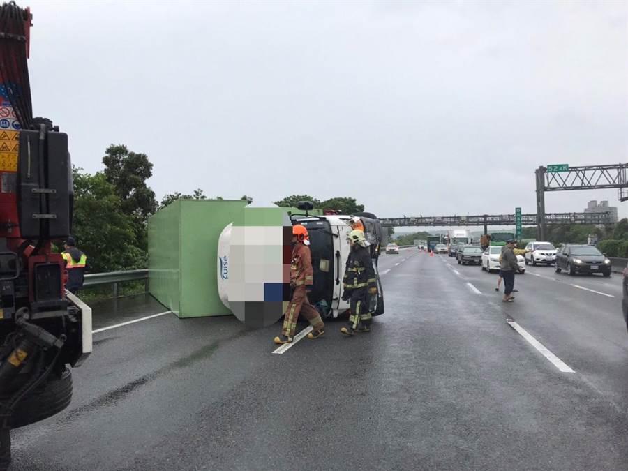 一部貨車上午7時半左右在北二高三鶯路段翻車,造成車流回堵超過4公里。(國道警察提供)