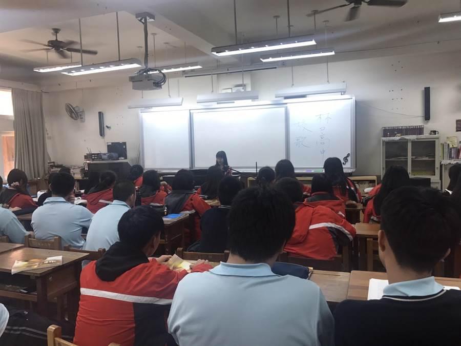 音樂科教師張碧洙在課堂中教唱校歌,傳達歌詞中的教育意義。(吳亮賢翻攝)