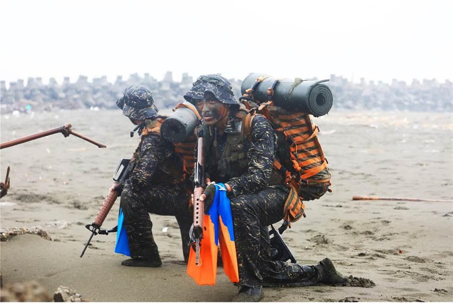 陆战队蛙人「克难周」即将到来,学员的训练强度也更加重。〈国防部提供〉