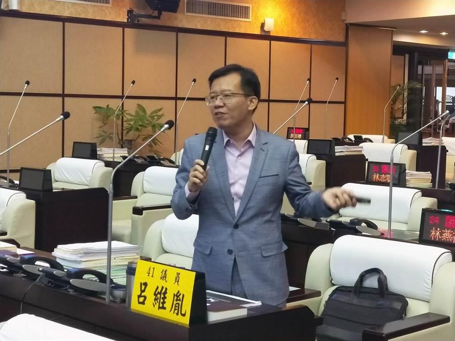 台南市議員呂維胤要求市府爭取廉價航空進駐,促進台南機場國際化。(洪榮志攝)