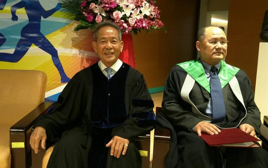 中華田協理事長葉政彥(左)獲國立體大頒授名譽博士頭銜,表彰他10多年來對台灣體育的付出與貢獻。(黃邱倫)