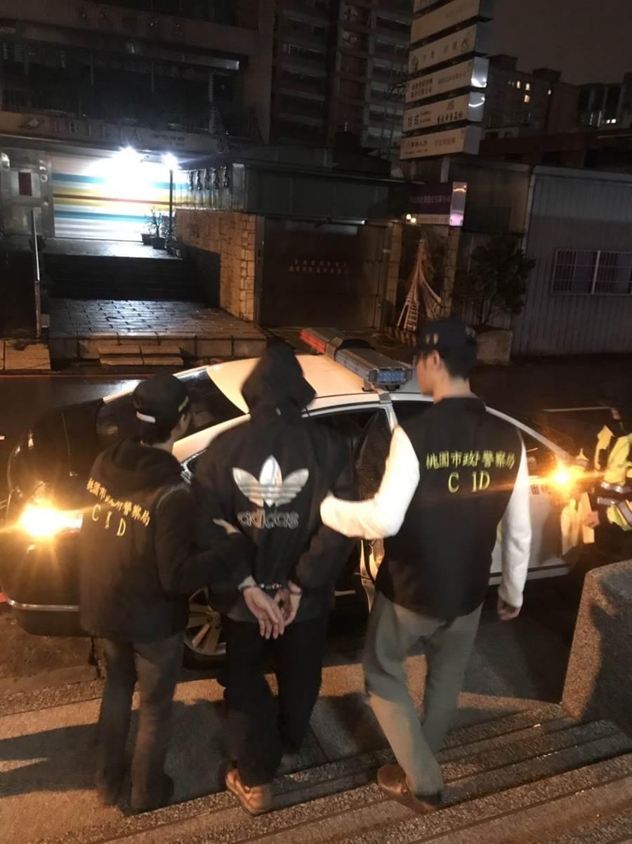蘆竹警方將吳男(中)拘提到案,以殺人未遂及家暴等罪嫌移送法辦。(甘嘉雯翻攝)