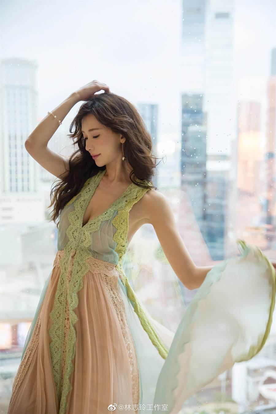 林志玲以一襲湖水綠浪漫禮服搭配TASAKI珠寶,走上Channel V全球華語榜中榜頒獎典禮的紅毯。(擷自林志玲微博)