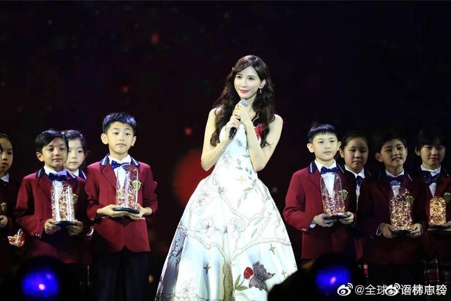 林志玲在Channel V全球華語榜中榜頒獎典禮上與小朋友高唱公益歌曲。(擷自林志玲微博)