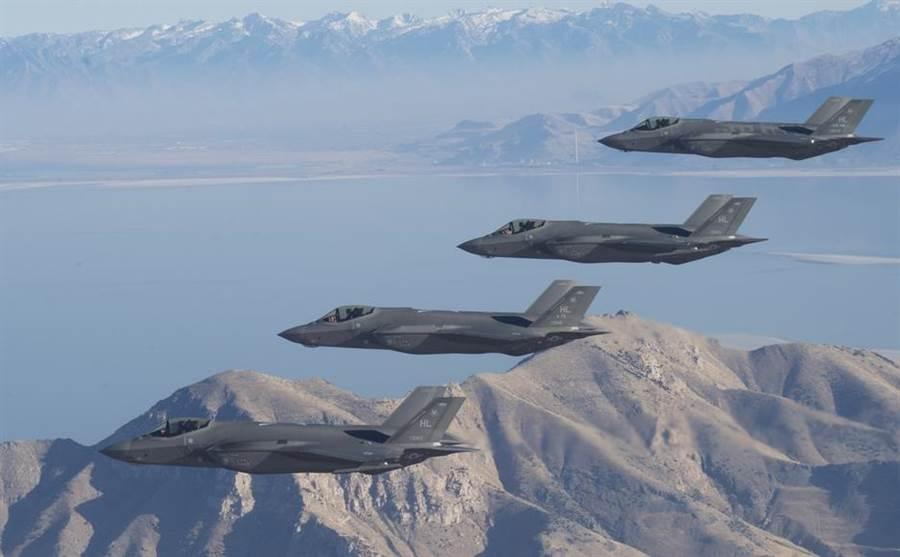 美國F-35戰機編隊飛越美國猶他州測試與訓練場(Utah Test and Training Range)上空的畫面。(美國空軍)