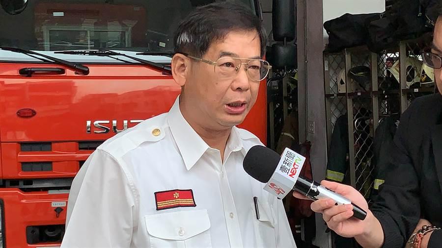 高市第三大隊長王國泰解釋,小港當地有3部雲考量火場情勢,若以雲梯車灌救不見得有利,「反而會將火給趕進去」。(柯宗緯攝)