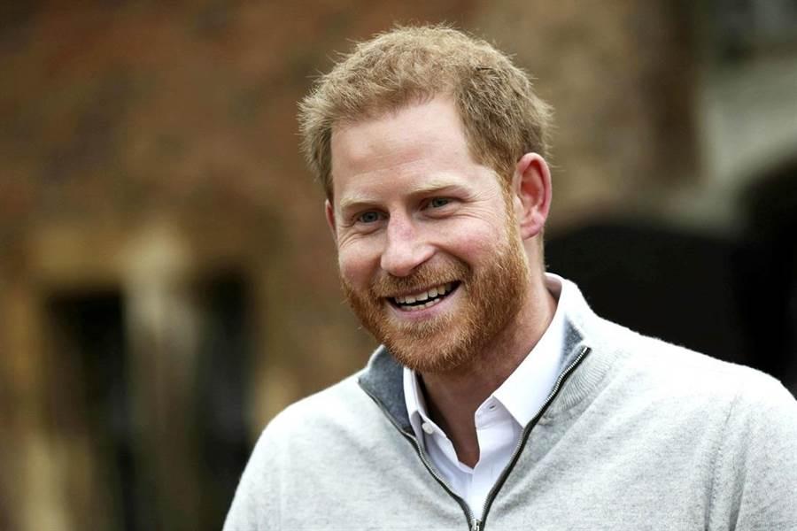 梅根6日清晨誕下小王子,哈利王子臨時召開記者會親自宣布喜訊,激動的肢體語言顯示他非常興奮。(圖/美聯社)