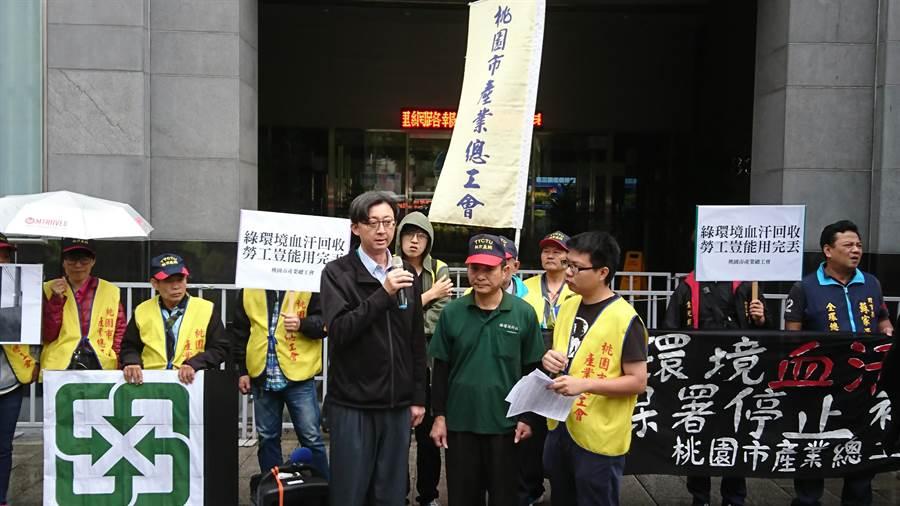 環保署回收基管會副執行秘書吳孟兒(左)出面,接下綠環境公司資遣員工詹益協(中)的陳情書。(廖德修攝)