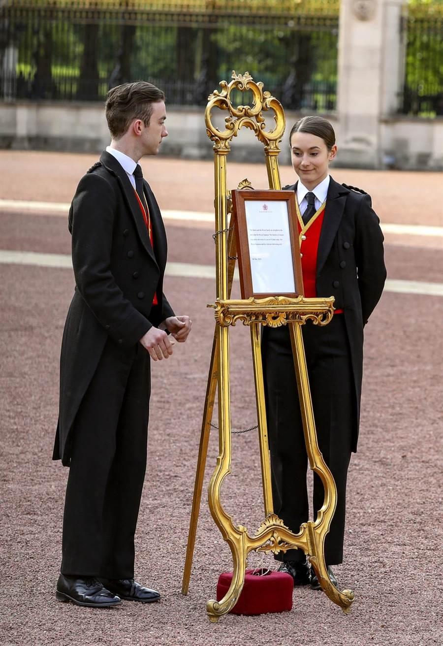英國白金漢宮5日擺出梅根生了小王子的告示。(圖/美聯社)