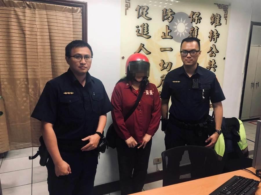 萬華分局員警林翰霖、蕭文景協助連婦找回水電費。〔謝明俊翻攝〕
