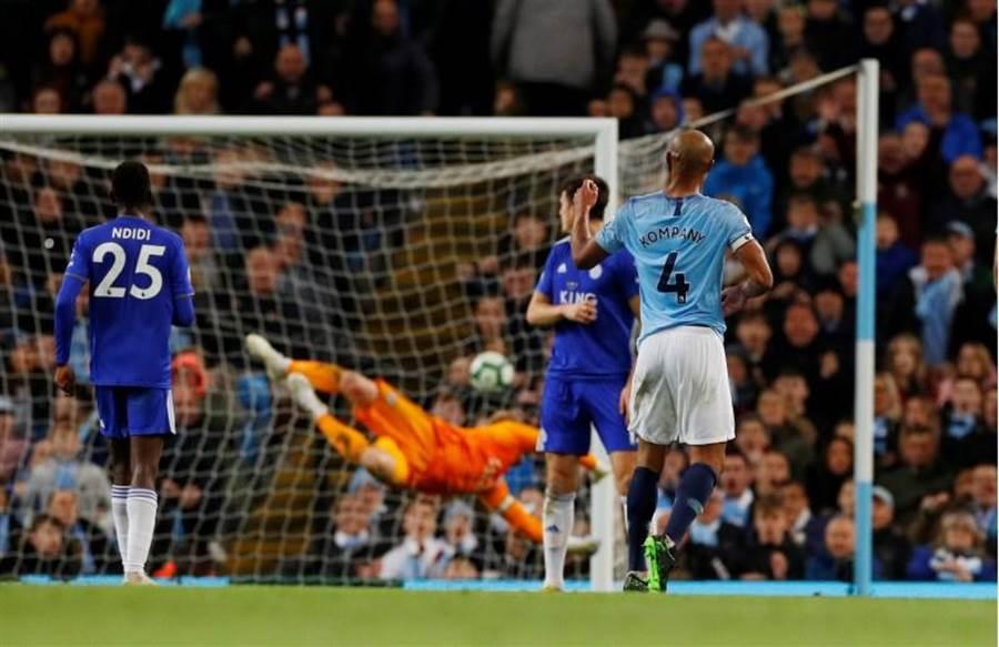 孔帕尼精彩遠射踢進球門右上死角。(路透)